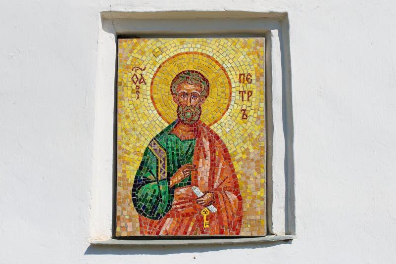 Mosaikikone des Apostels Peter auf der Wand einer mittelalterlichen Kirche der Apostel Peter und Paul Pskov, Russland lizenzfreies stockbild
