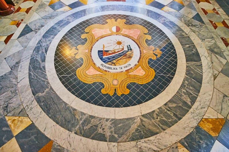 Mosaikvapenskölden i slotten för Grandmaster` s, Valletta, Malta arkivfoton