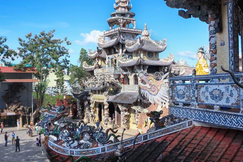Mosaisk drake av Linh Phuoc Pagoda i Da-laten, Vietnam arkivfoto
