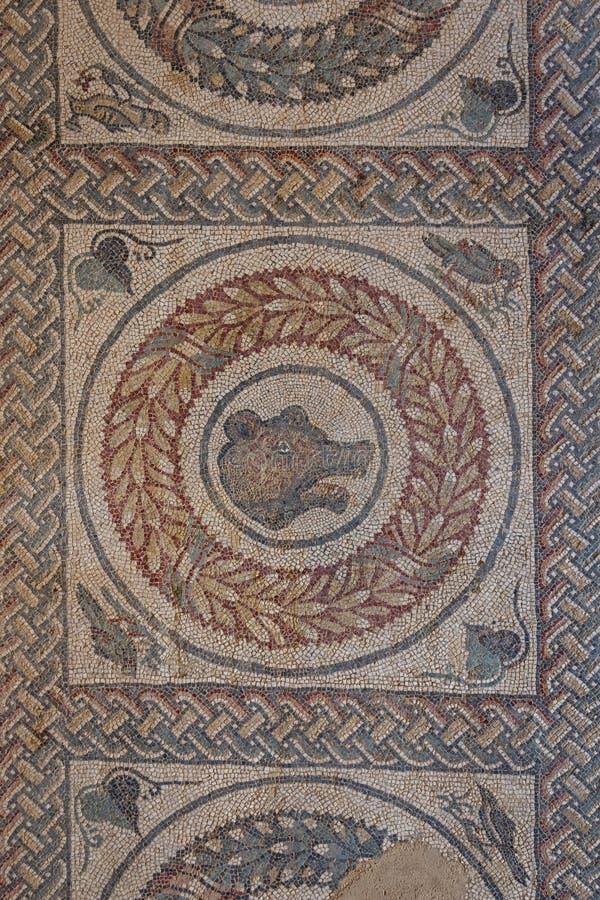 Mosaisk garnering av fördärvar av den forntida villan Romana del Casale royaltyfri bild