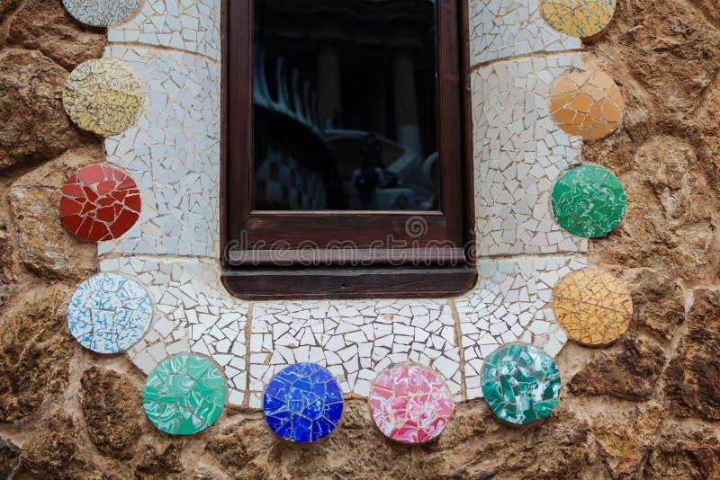 Mosaisk konst i parkera Guell arkivbilder