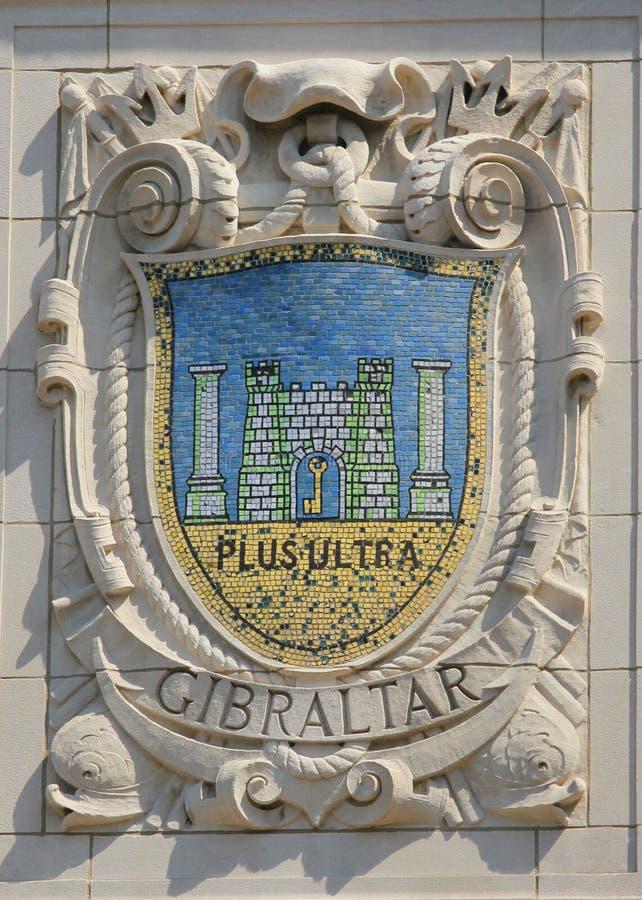 Mosaisk sköld av den berömda hamnstaden Gibraltar på fasaden av Förenta staternaLinje-Panama Stillahavs- linjer byggande arkivfoton