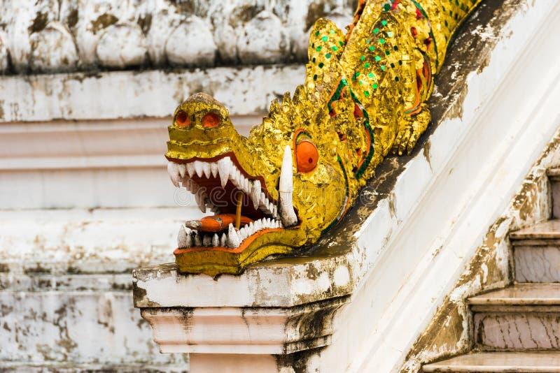 Mosaisk skulptur av draken i Louangphabang, Laos Närbild royaltyfri foto