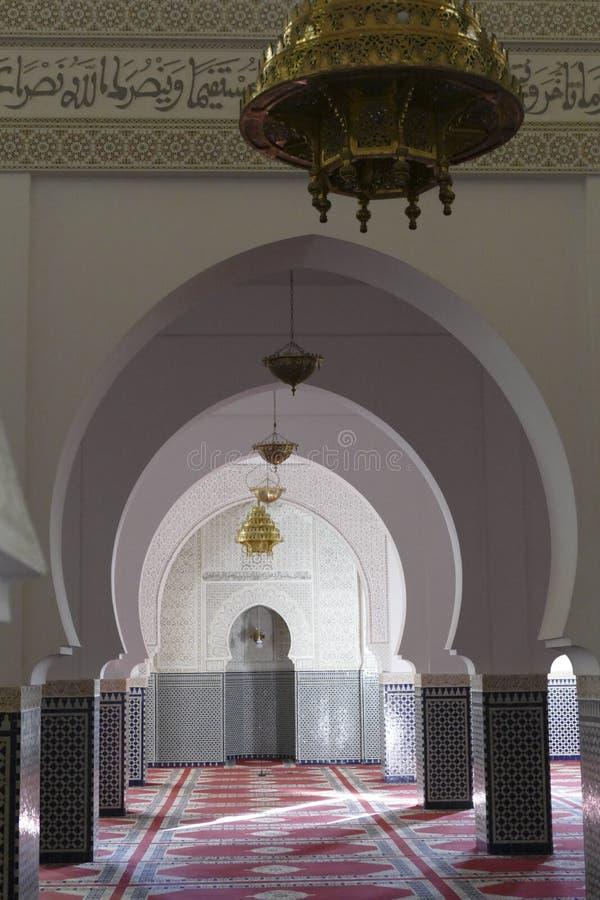 Mosaiska belade med tegel kolonner i Moulay Ali Cherif Mausoleum royaltyfria foton