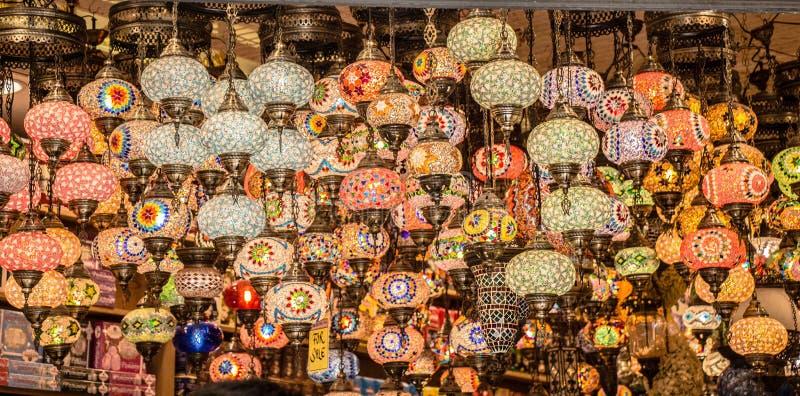 Mosaiska f?rgrika ottomanlampor i basar royaltyfri fotografi