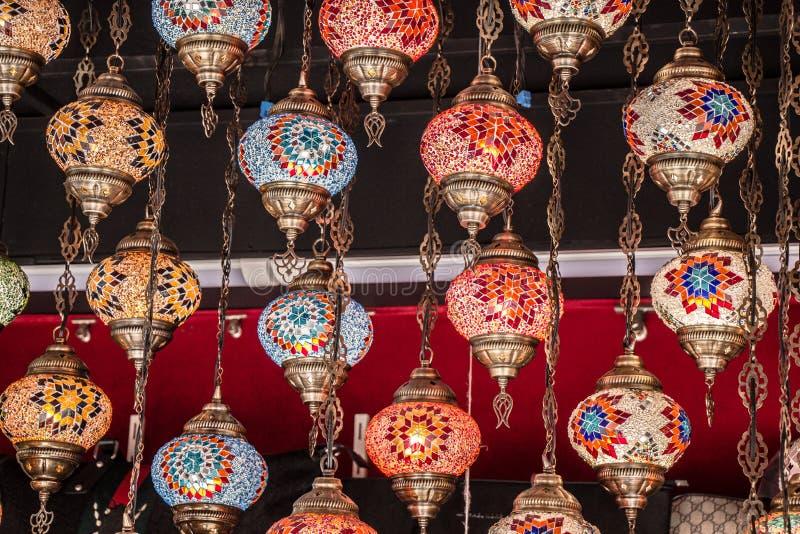 Mosaiska f?rgrika ottomanlampor i basar fotografering för bildbyråer