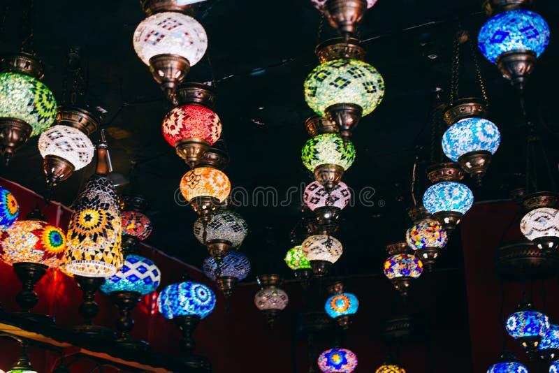 Mosaiska lampor från storslagen basar i Istanbul Färgrik och vibrerande plats arkivfoto