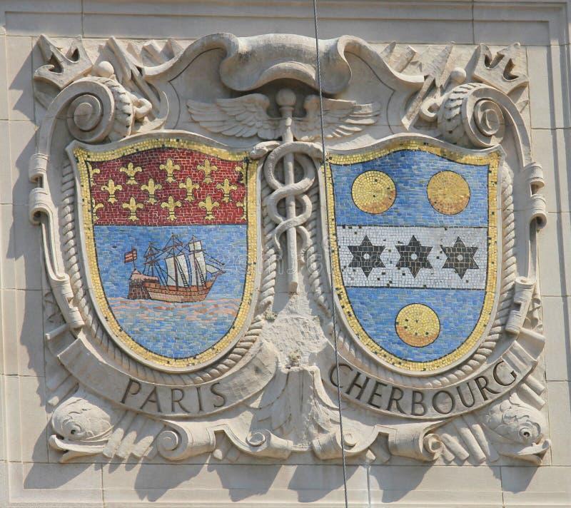 Mosaiska sköldar av berömda hamnstäder Paris och Cherbourg på fasaden av Förenta staternaLinje-Panama Stillahavs- linjer byggande arkivfoto