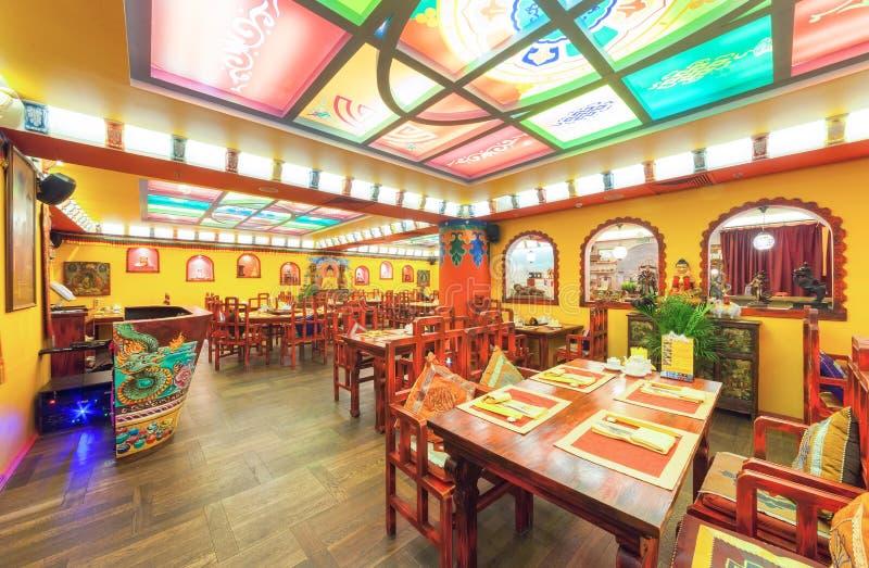 MOSCÚ - AGOSTO DE 2014: El interior de la cocina india y tibetana del restaurante y se adorna en estilo étnico imágenes de archivo libres de regalías