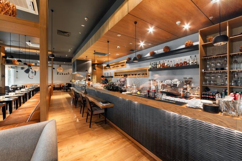 MOSCÚ - AGOSTO DE 2014: Interior de una barra y de un salón del restaurante japonés fotografía de archivo libre de regalías