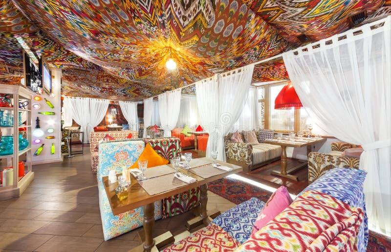 MOSCÚ - AGOSTO DE 2014: Restaurante del este del salón interior de Chaihana en un estilo tradicional El pasillo principal con los imagenes de archivo