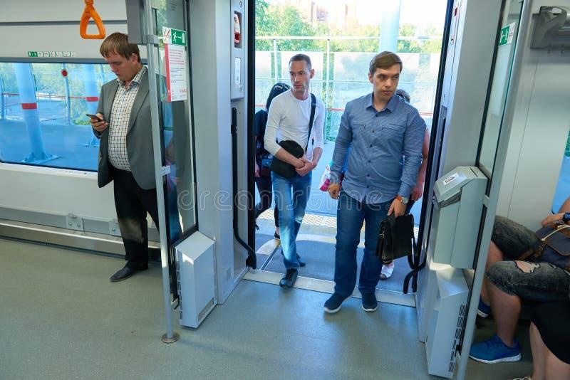 MOSCÚ, AGOSTO 29, 2018: Opinión sobre el grupo de personas que entra en el tren de pasajeros a través de puertas automáticas Gent imagenes de archivo