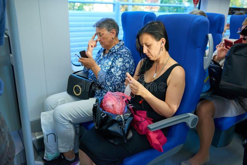 MOSCÚ, AGOSTO 29, 2018: Opinión sobre gente que asienta en el salón del tren de pasajeros en la nueva línea de Moscú Ring Railway imagen de archivo