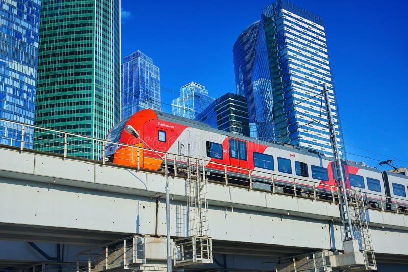 MOSCÚ, AGOSTO 29, opinión sobre la mudanza del tren de pasajeros de alta velocidad en los rascacielos del centro de negocios del  foto de archivo libre de regalías