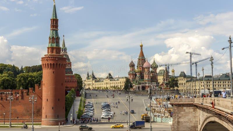 Moscú, catedral de la albahaca del santo Puente grande de Moskvoretsky La reparación de la acera 11 07 15:23 2017 P.M. fotos de archivo