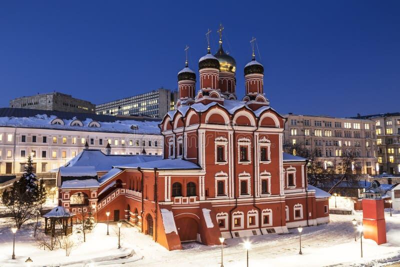 moscú Catedral del icono de la madre del ` de la muestra del ` de dios del monasterio anterior de Znamensky Calle por la tarde, Z fotos de archivo libres de regalías