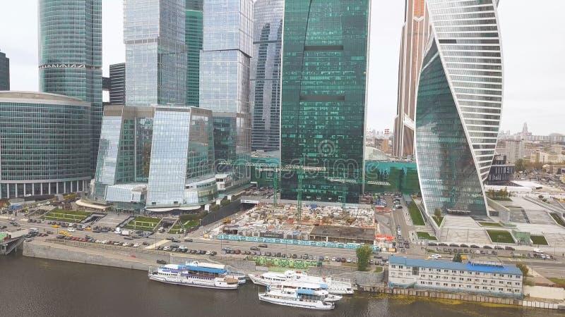 Moscú-ciudad clip Rusia Rascacielos grandiosos en la costa cerca del río de Moscú La torre de la evolución es a imagen de archivo libre de regalías