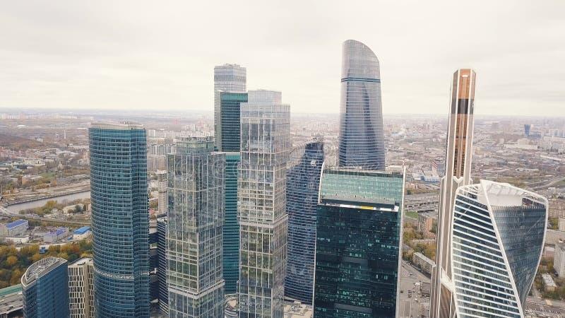 Moscú-ciudad clip Rusia Rascacielos grandiosos en la costa cerca del río de Moscú La torre de la evolución es a foto de archivo libre de regalías
