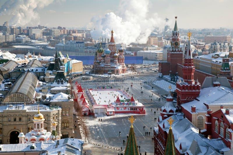 Moscú, cuadrado rojo y el Kremlin en invierno imagenes de archivo