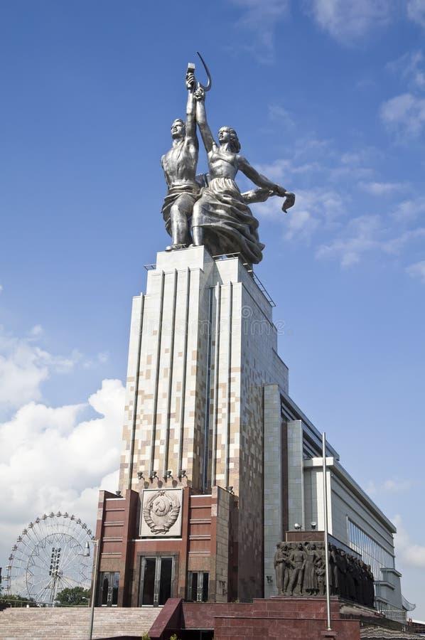 MOSCÚ - 12 DE AGOSTO: Trabajador soviético famoso del monumento y Wo koljosiano fotos de archivo
