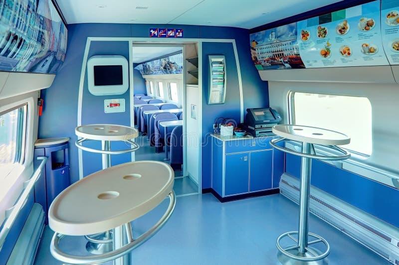 MOSCÚ, EL 12 DE JULIO DE 2010: Interior ALLEGRO del coche del coche del café del restaurante del tren del pasajero UEM de Pendoli foto de archivo libre de regalías