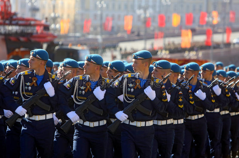 MOSCÚ, EL 7 DE MAYO DE 2015: Marcha rusa de los soldados a través de la Plaza Roja fotografía de archivo