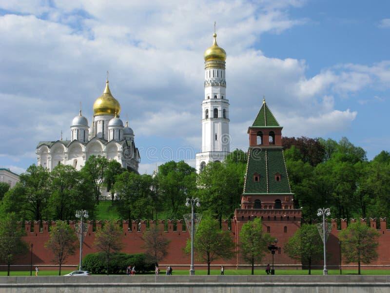 Moscú el Kremlin: Campanario de Ivan la catedral grande y del arcángel foto de archivo