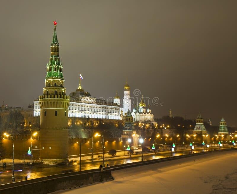 Moscú, el Kremlin en la noche en invierno imagenes de archivo