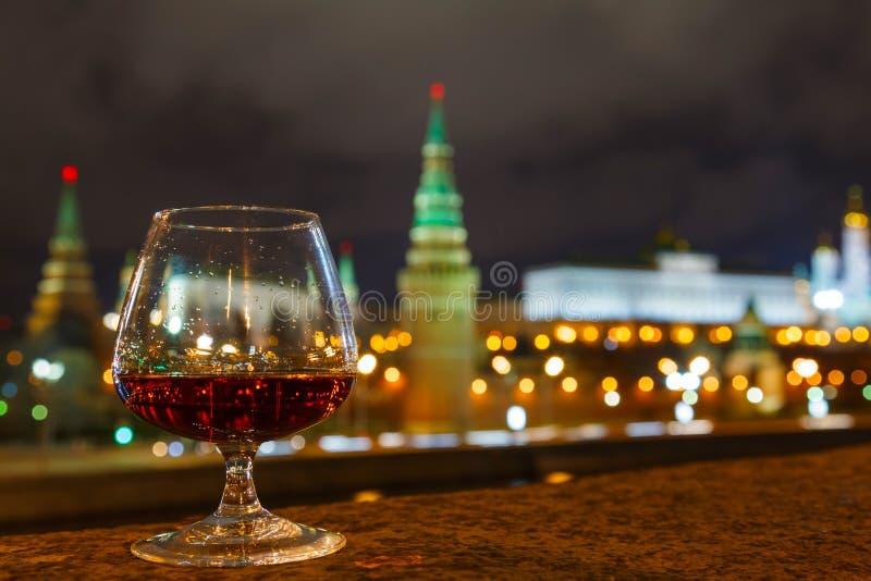 Moscú el Kremlin y vidrio del brandy fotografía de archivo