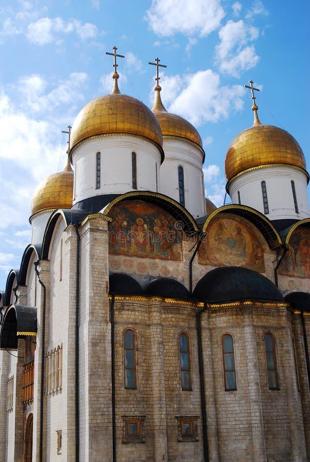 Moscú Kremlin, bóvedas de la catedral de la asunción fotos de archivo libres de regalías