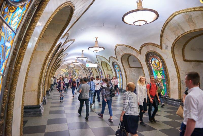 MOSCÚ, MAYO, 18, 2018: La opinión de perspectiva diagonal sobre la locomotora eléctrica EP2K con dormir entrena en pistas ferrovi foto de archivo