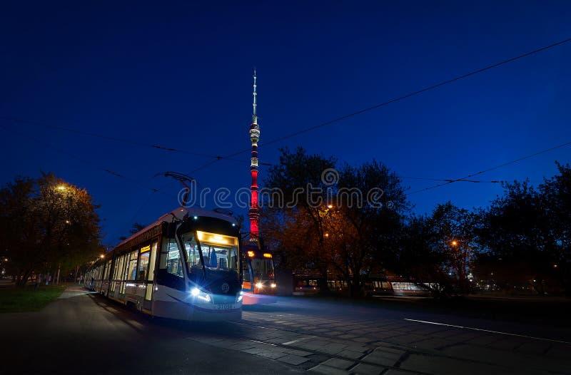 MOSCÚ, MAYO, 9, 2018: Vista del tranvía moderno ruso en la estación del extremo con el bashnya Ostankin de Ostankinskaya de las l foto de archivo libre de regalías