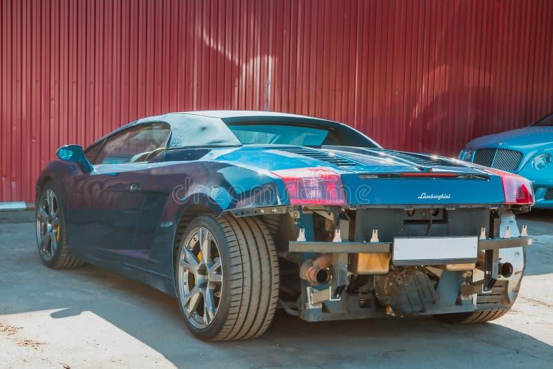 moscú Otoño 2018 Cabriolé de Lamborghini daño a la parte posterior y al parachoques delantero después de un accidente Servicio y  foto de archivo libre de regalías