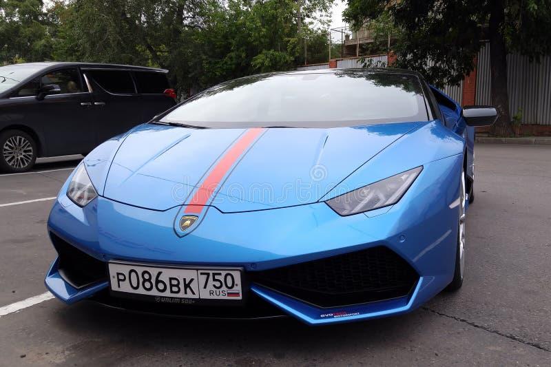 moscú Otoño 2018 Lamborghini azul brillante Huracan parqueó en la calle Con la raya roja en una capilla del coche Linternas y fre foto de archivo libre de regalías