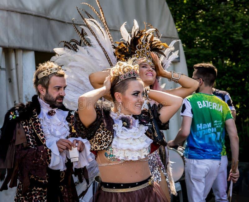 Moscú, parque de Izmailovsky, puede 27, 2018: dos muchachas hermosas y un hombre joven que espera el carnaval brasileño imagenes de archivo