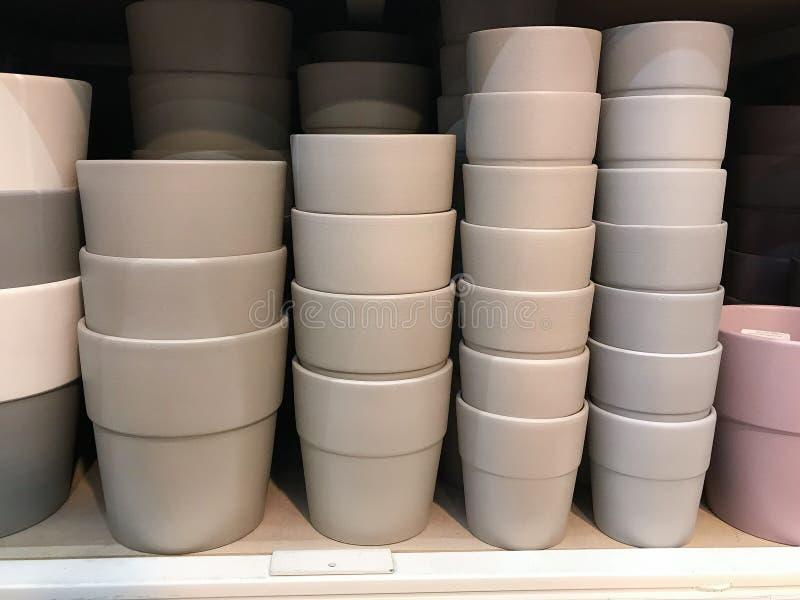 07 2019, Moscú: Potes para las plantas en la exhibición en tienda en Leroy Merlin imagen de archivo libre de regalías