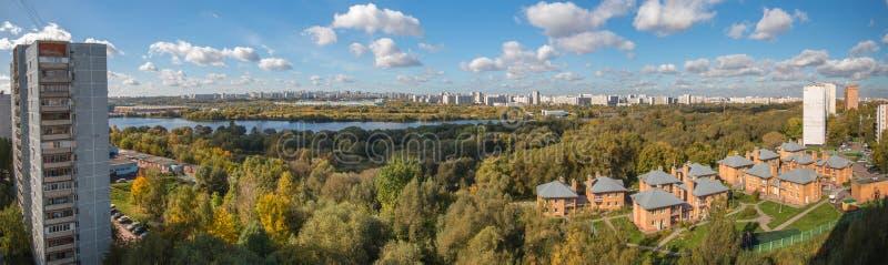 Moscú, 2016, 1r de octubre: Kapotnya y Brateevo, cercanías de UVAO Moscú, Rusia Opinión del otoño de la ciudad, parque y imagen de archivo libre de regalías