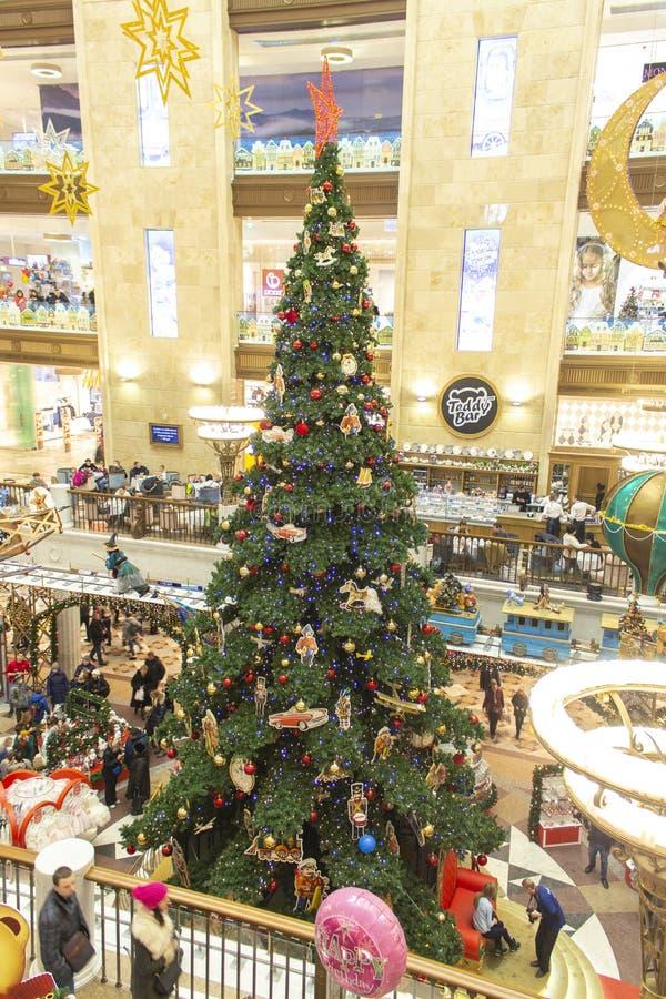 04-01-2017, Moscú, Rusia Árbol de navidad en el mundo de juguete de los niños de la tienda Un árbol alto del Año Nuevo se adorna  foto de archivo