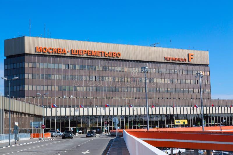 Moscú, Rusia - abril de 2018: Terminal F del aeropuerto internacional SVO Sheremetyevo con el cielo azul Aeropuerto de eje para e fotografía de archivo libre de regalías