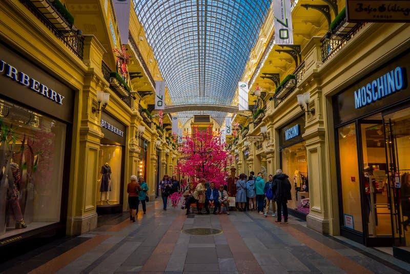 MOSCÚ, RUSIA ABRIL, 24, 2018: Interior y vestíbulos de los grandes almacenes de la goma en el Kitai-gorod que hace frente a la Pl fotos de archivo