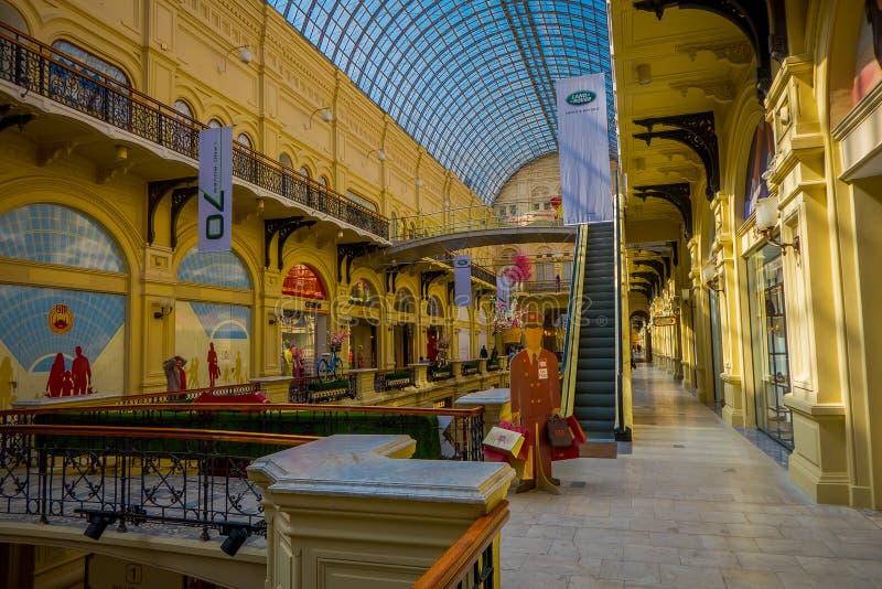 MOSCÚ, RUSIA ABRIL, 24, 2018: Interior y vestíbulos de los grandes almacenes de la goma en el Kitai-gorod que hace frente a la Pl foto de archivo