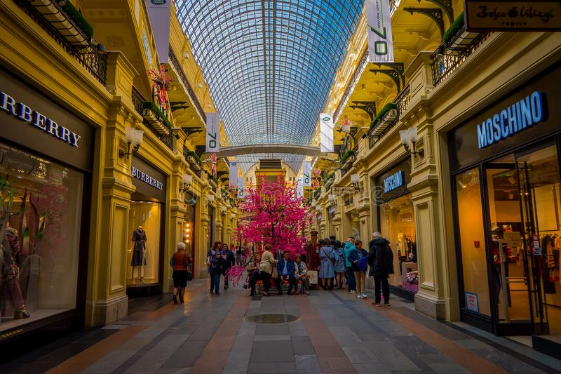 MOSCÚ, RUSIA ABRIL, 24, 2018: Interior y vestíbulos de los grandes almacenes de la goma en el Kitai-gorod que hace frente a la Pl fotografía de archivo libre de regalías