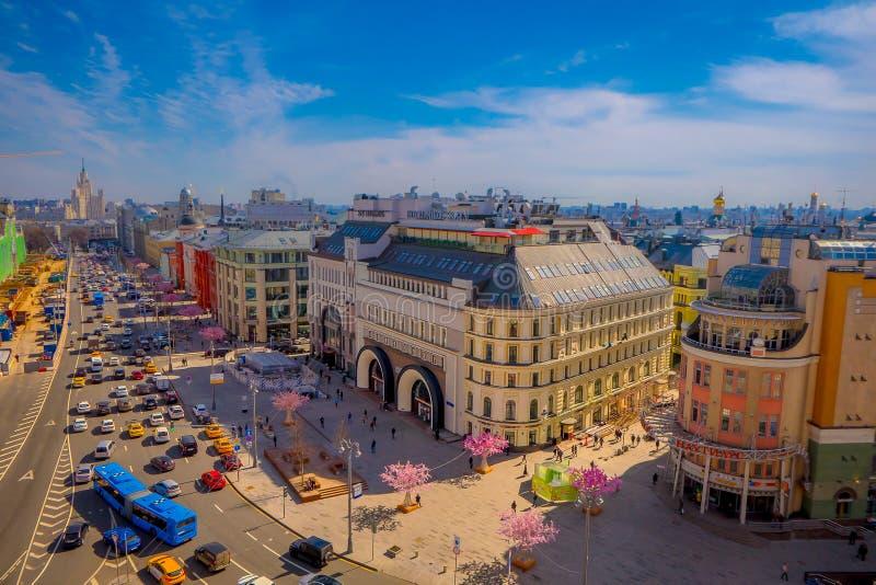 MOSCÚ, RUSIA ABRIL, 24, 2018: Sobre la vista de calles con tráfico y la opinión panorámica magnífica el International fotografía de archivo libre de regalías