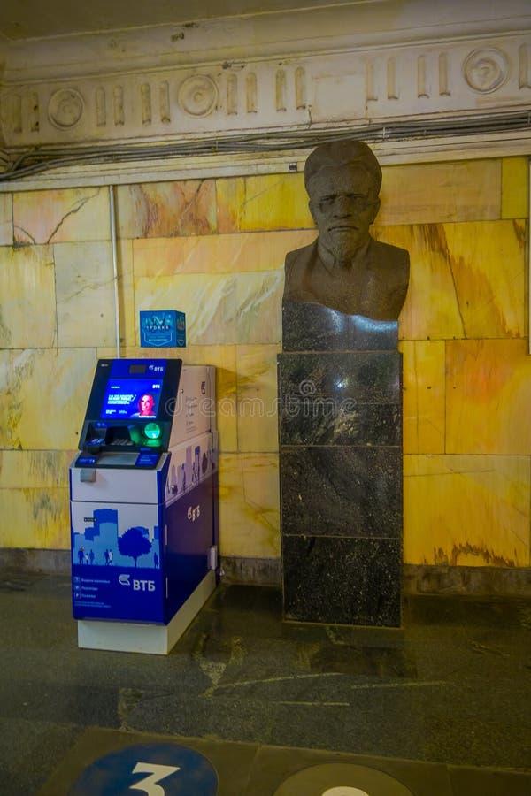 MOSCÚ, RUSIA ABRIL, 29, 2018: Vista interior de la máquina cerca de una estatua de bronce, aeroexpress Ltd de los boletos es fotografía de archivo libre de regalías
