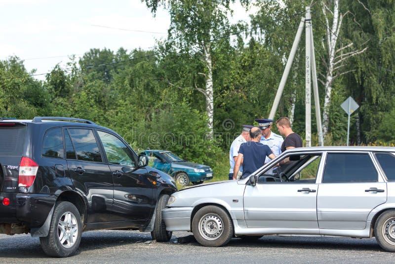 MOSCÚ, RUSIA - AGOSTO DE 2017: Desplome del automóvil del coche del accidente de tráfico en el camino en una ciudad con los parti imágenes de archivo libres de regalías