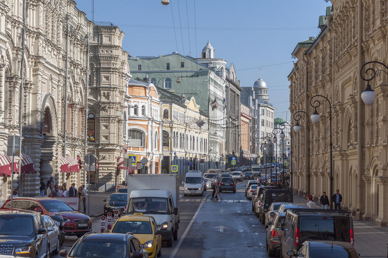 MOSCÚ, RUSIA - 21 09 2015 Calle de Ilinka, goma y filas comerciales medias foto de archivo