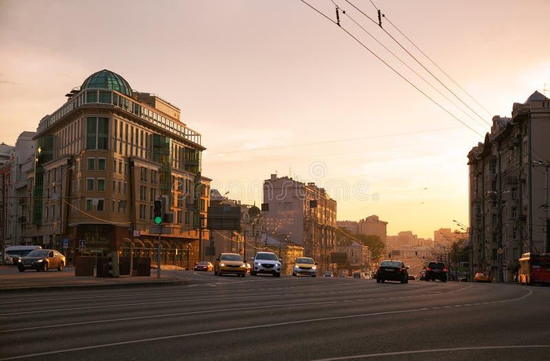 Moscú, Rusia Calle de Sadovaya Spasskaya, anillo de Sadovoe del anillo del jardín en la puesta del sol imagen de archivo