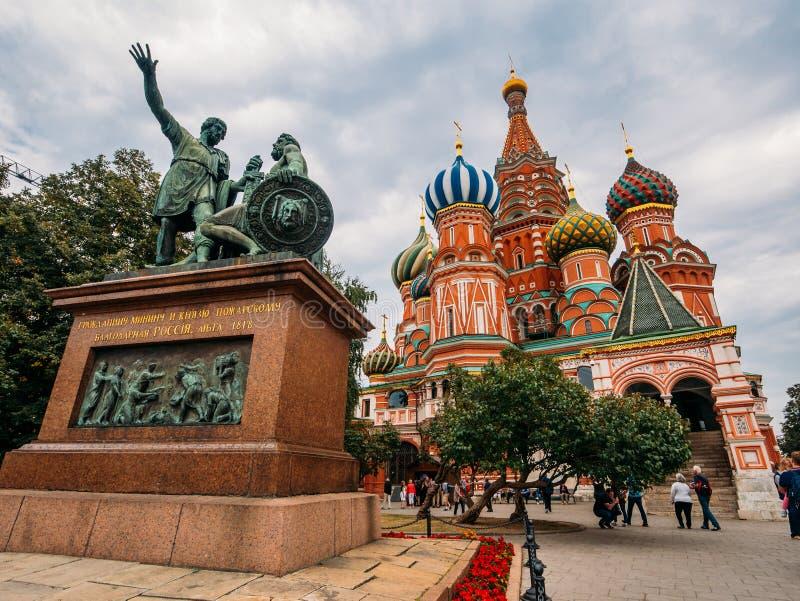 Moscú, Rusia - CIRCA septiembre de 2016: Monumento a Minin y a Pozharsky y St Basil Cathedral en Plaza Roja en Moscú, Rusia fotos de archivo libres de regalías