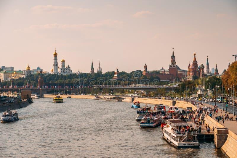 Moscú, Rusia - circa septiembre de 2018: Panorama del río de Moscú con los barcos y el terraplén y de la opinión sobre el Kremlin imagenes de archivo