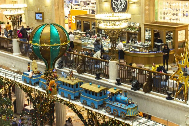 04-01-2017, Moscú, Rusia Días de fiesta del Año Nuevo en el mundo de juguete de los niños de la tienda Ferrocarril gigante con un fotos de archivo